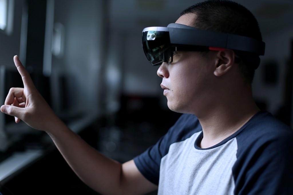 Homme avec casque de réalité mixte